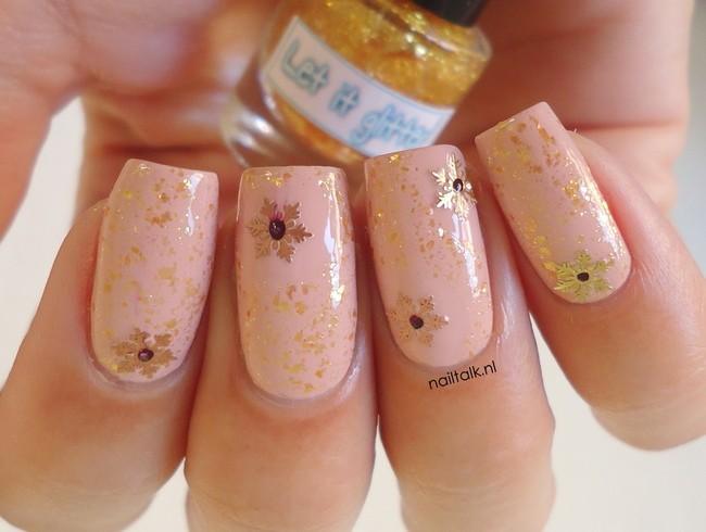 Almond snowflakes let it glitter nailart 2 (2) 650 x 490