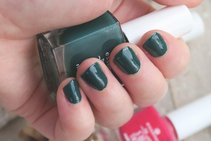 essence the little x-mas factory nail polish meet me under the mistletoe